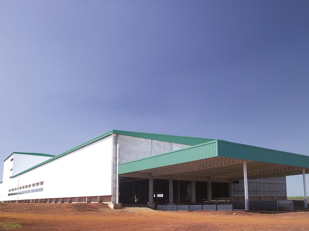 Uma das fábricas alimentícias mais modernas do país. Sistema de iluminação e ventilação natural. Fachada com painéis térmicos. Visores para sala limpa.