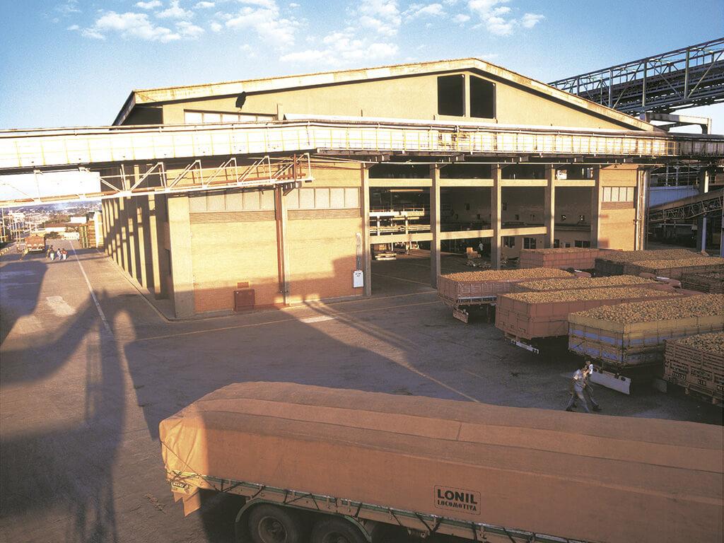 Sala de extração (Matão, SP). 2.423m² de área construída. Pé direito de 12m. Cobertura em lage maciça de concreto. Prazo de execução: 4 meses.