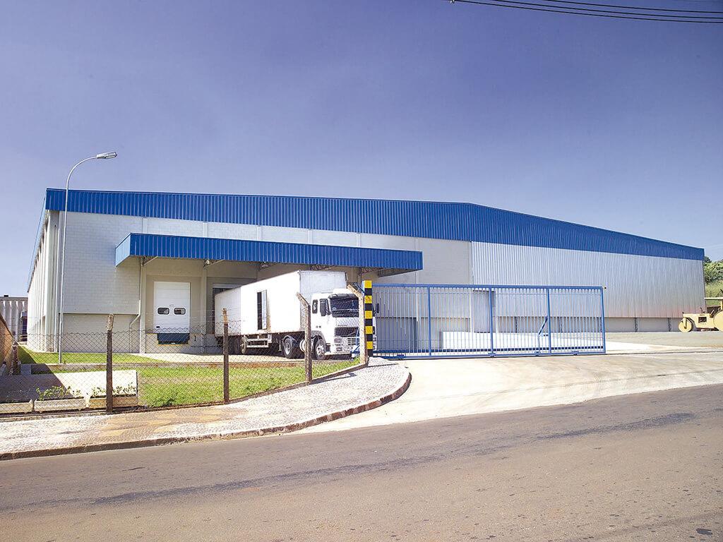 Galpão de estocagem de produtos acabados. 5.600m² de área construída, apenas 3 pilares internos. Execução em prazo de 3 meses.