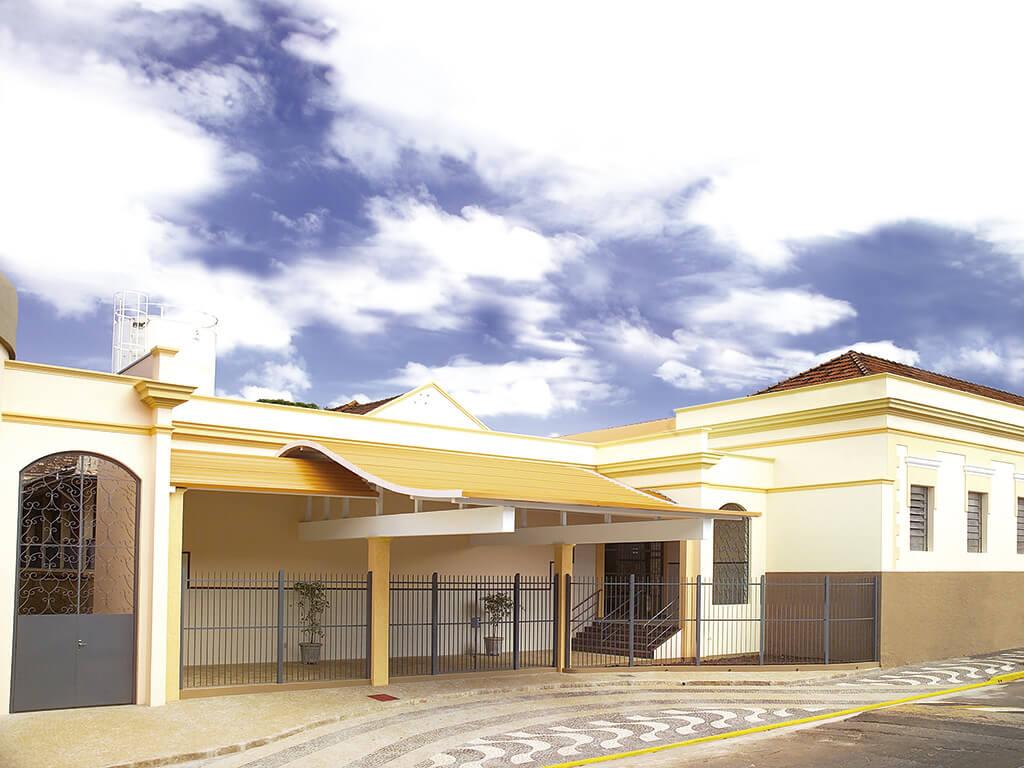 A nova entrada: linhas arquitetônicas modernas convivem harmoniosamente com o prédio histórico. Os alunos ganharam mais conforto e segurança.
