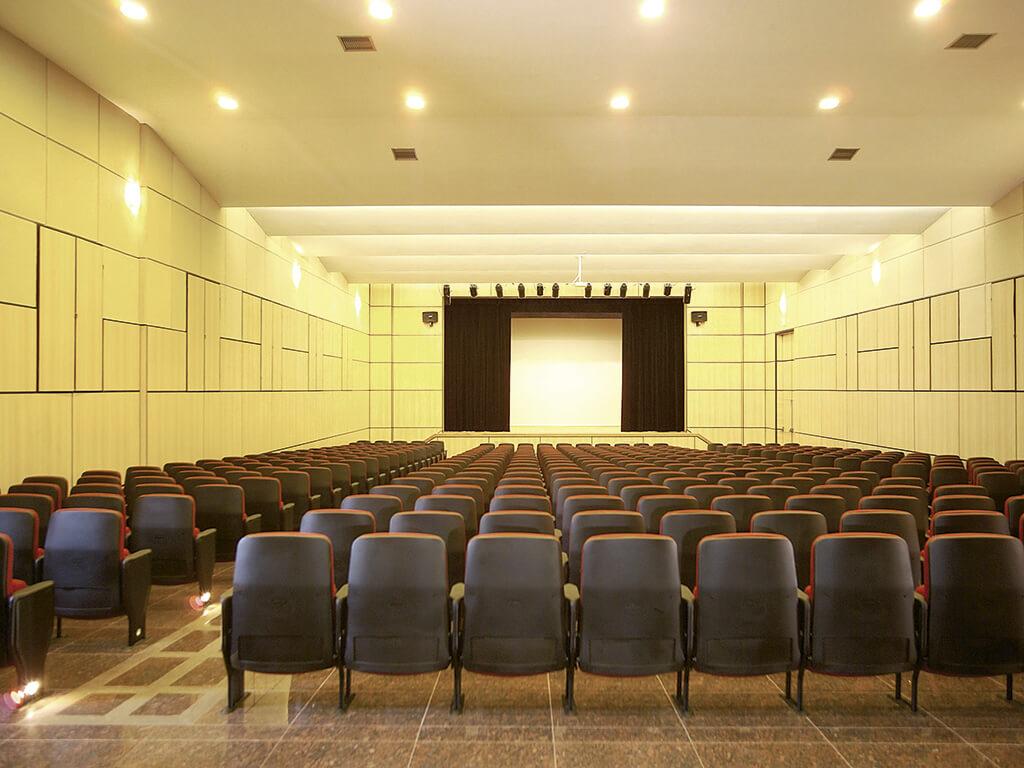 O novo teatro tem capacidade para 415 pessoas e está estruturado para receber espetáculos amadores e profissionais com elevados níveis de complexidade.
