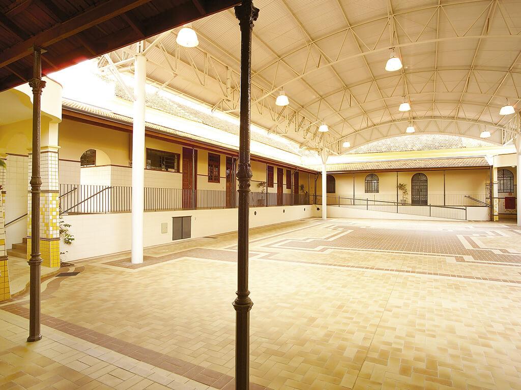 O pátio interno recebeu cobertura e novo piso. As varandas laterais foram totalmente restauradas e as salas de aula totalmente reformadas.