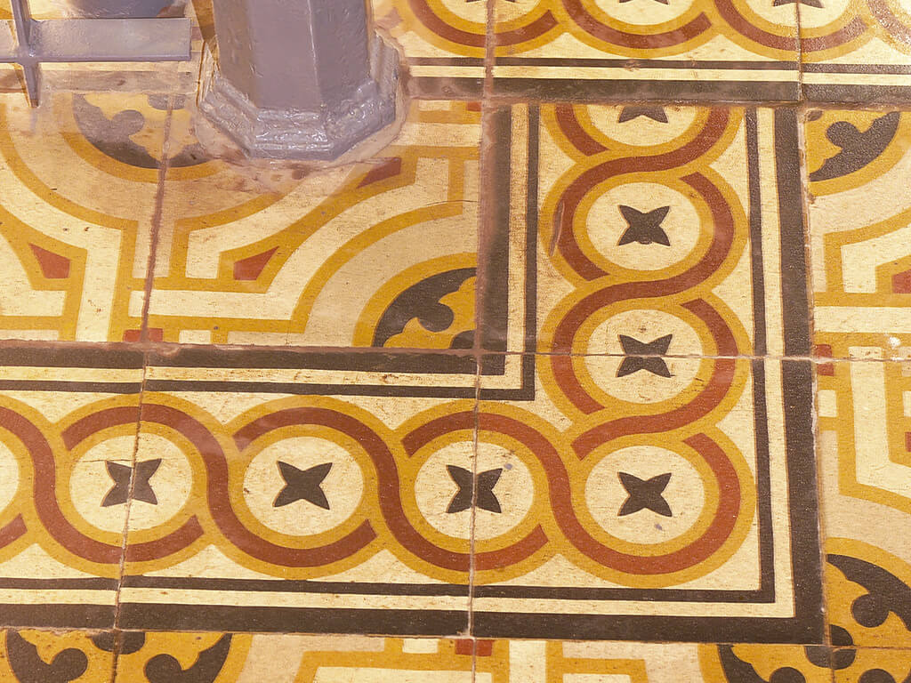 Na construção da nova entrada, a arquitetura seguiu o estilo da construção histórica. Nos corredores do pátio interno, o antigo piso cerâmico e colunas foram preservadas.