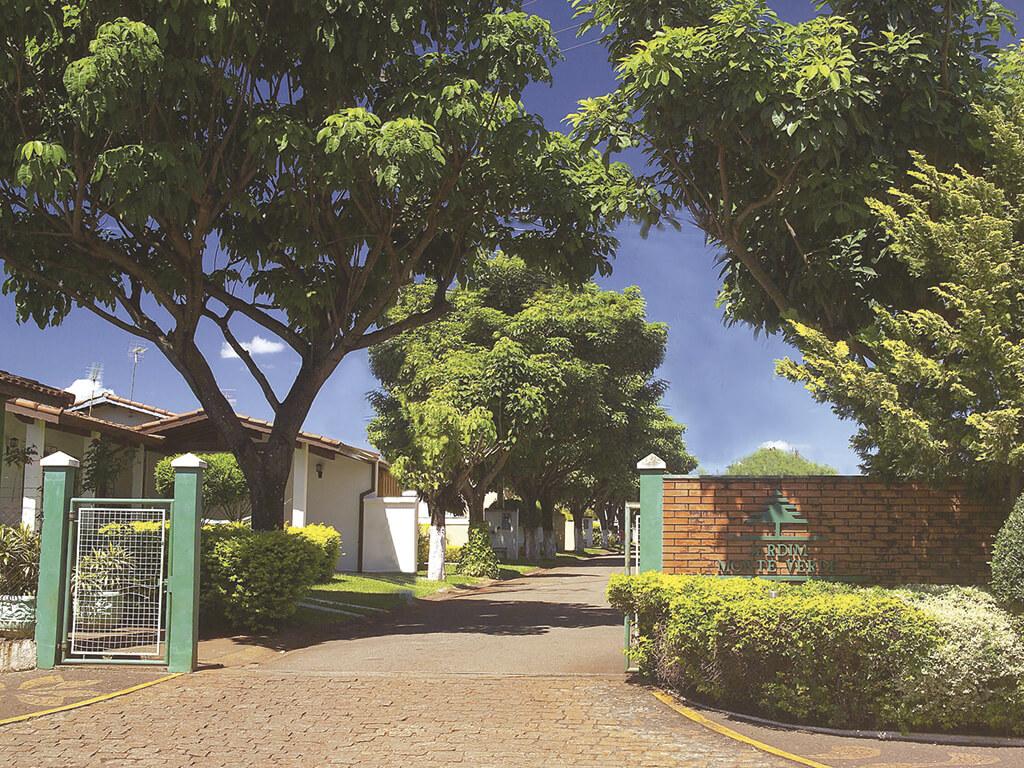 Residencial Monte Verde, executado em 1.990, foi pioneiro porque trouxe o então inovador conceito de condomínio fechado para a região. Implantado em área de 23.070m² e com área total construída de 3.375m², possui 60 casas de 2 e 3 dormitórios.
