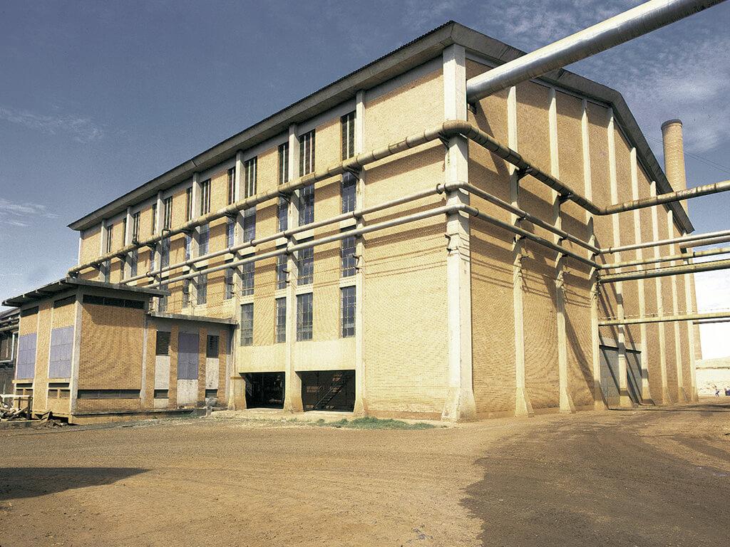 Prédio das caldeiras. 2.165 m² de área construída com 45,12m de vão, 18m de pé direito. Volume de concreto: 420 m³. Execução em prazo de 5 meses.