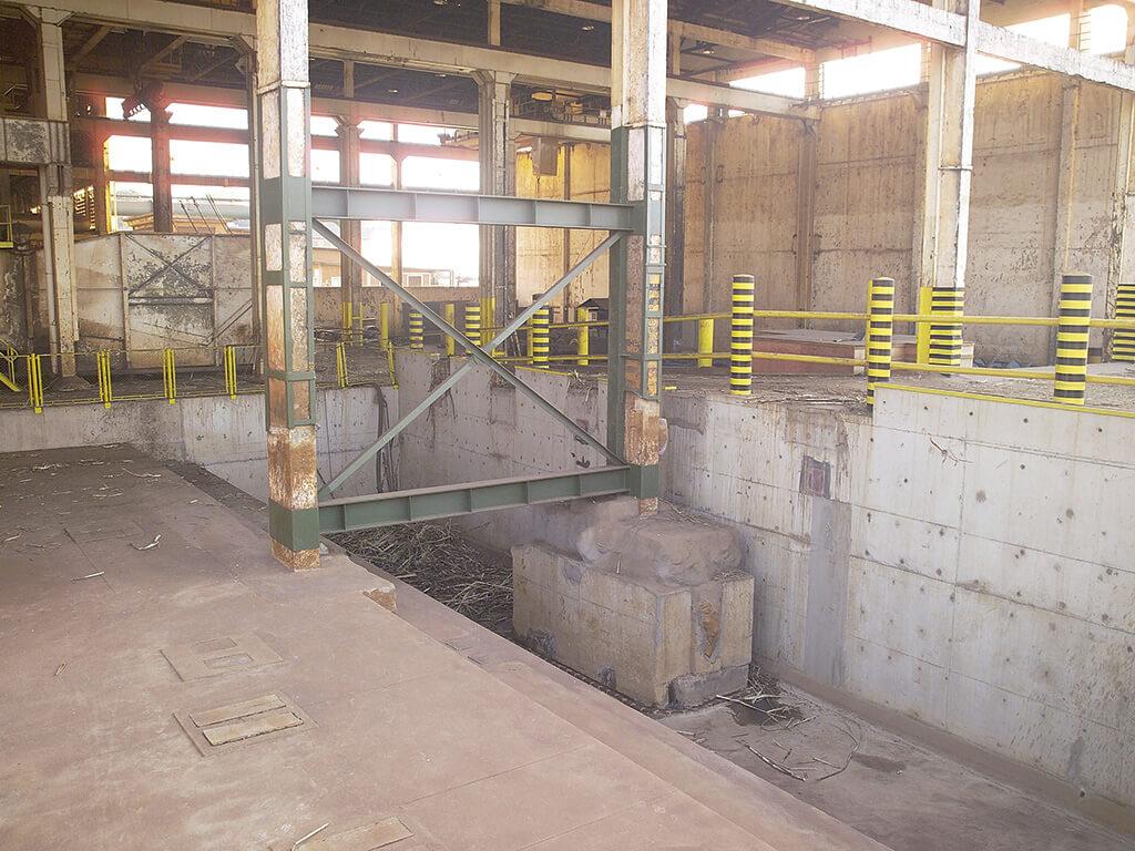 Bases para mesa alimentadora de cana. 200 m³ de retirada de rocha sã (utilização de darda). Reforço, abaixo do lençol freático, da fundação de um prédio com ponte rolante de 20 tf. Execução em prazo de 3 meses.