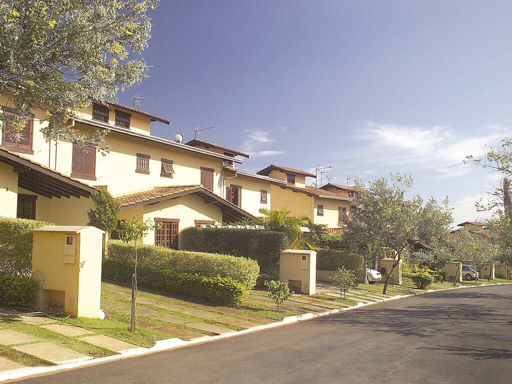 Condomínio fechado com 34 casas de 3 dormitórios, com acabamentos diferenciados. Implantado em área de 7.070m², com 3.880m² de área construída.